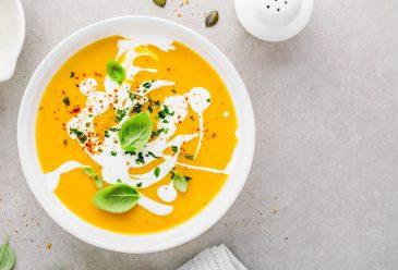 Trinta morkų ir obuolių sriuba su imbieriniu–vaniliniu kremu
