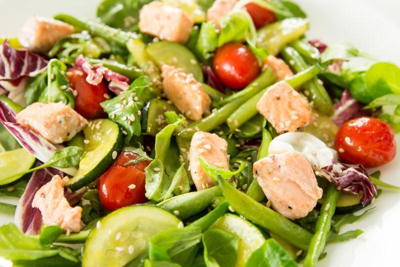 Receptas: pasakiško skonio šiltos lašišos salotos