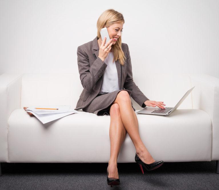 Mitai ir faktai apie sėdėjimą sukryžiavus kojas: ar tai gali pakenkti?