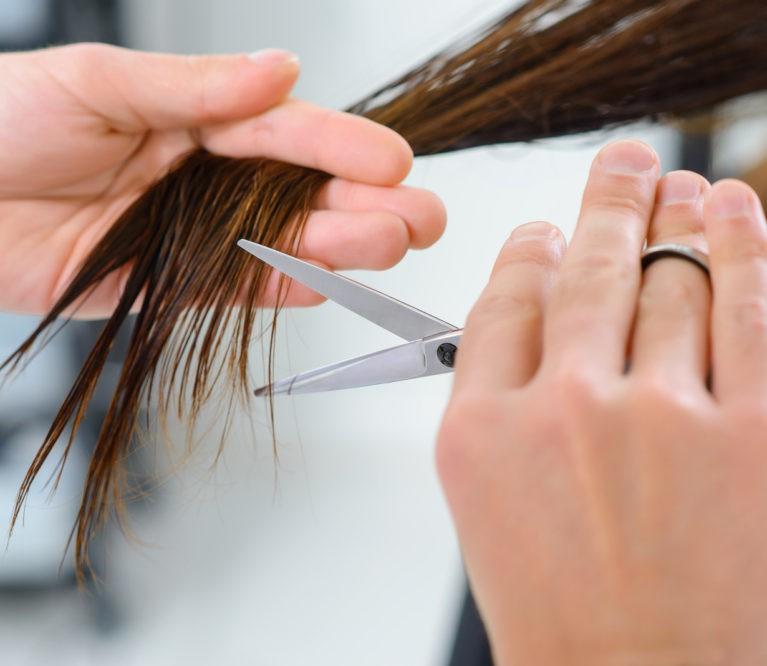 Priemonės plaukų galiukams: ar verta tikėti?