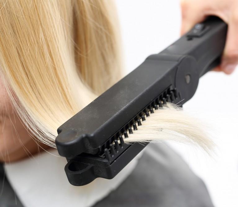 Ilgalaikis plaukų tiesinimas: pliusai ir minusai