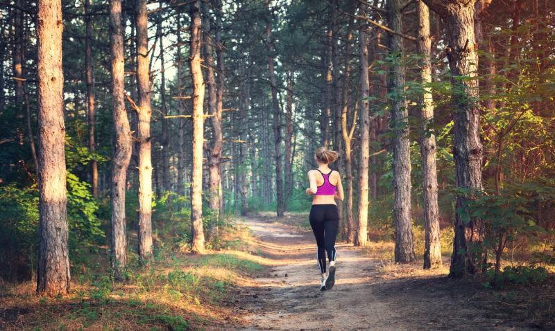 Kaip sportuojant vasarą sutaupyti pinigų ir sudeginti šimtus kalorijų?
