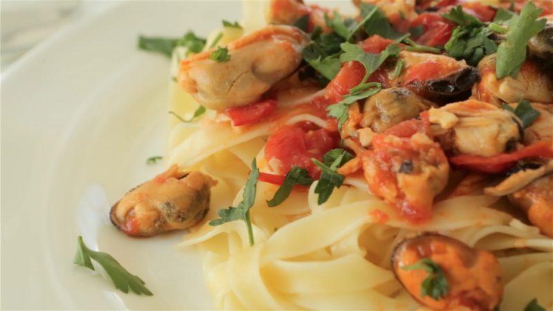 Pilnagrūdžiai makaronai su midijomis ir pomidorais