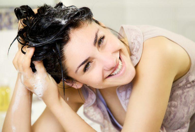 Natūralios šampūno alternatyvos: kaip džiaugtis sveikais spindinčiais plaukais ir sutaupyti?