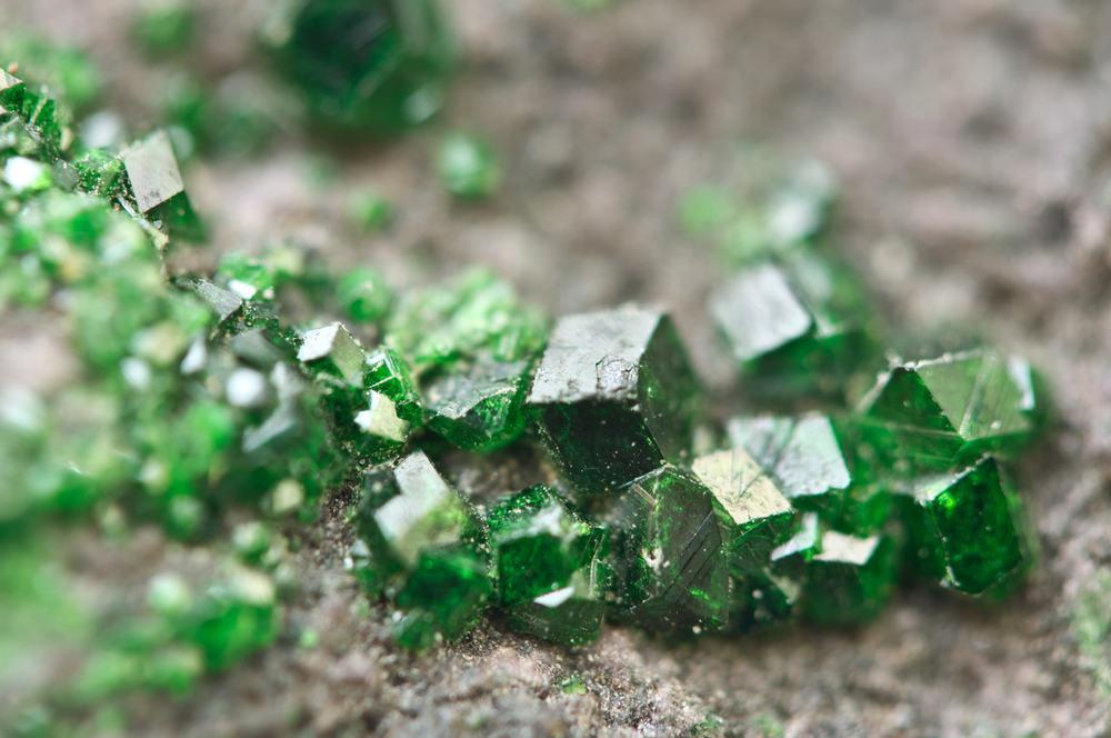 Granato spalvų paletė – labai įvairi. Žaliasis vadinamas uvarovitu. (shutterstock.com)