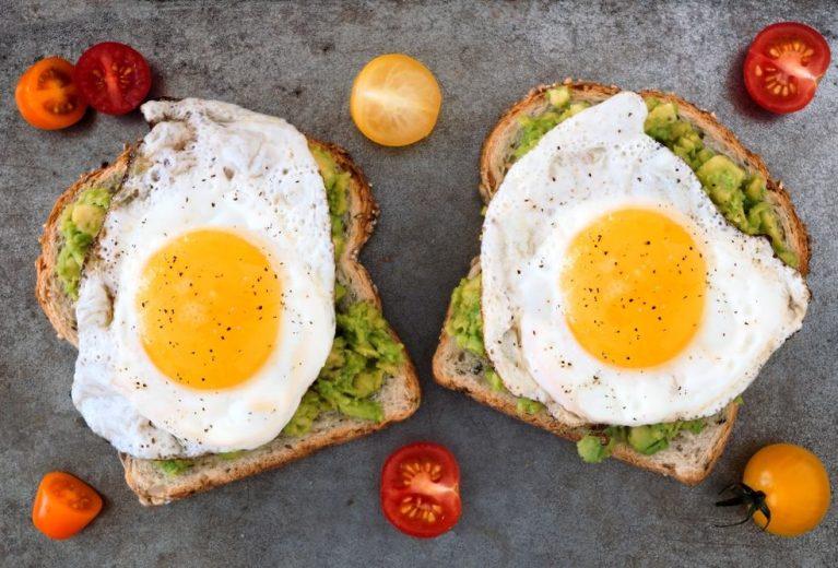 Skrebučiai su kiaušiniais ir avokadais
