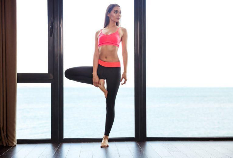 13 pratimų pilvo presui, kuriuos galite atlikti tiesiog stovėdami