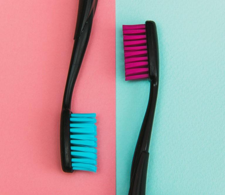 Dantų šepetėliai: kuo skiriasi, kaip išsirinkti ir kaip taisyklingai naudoti?