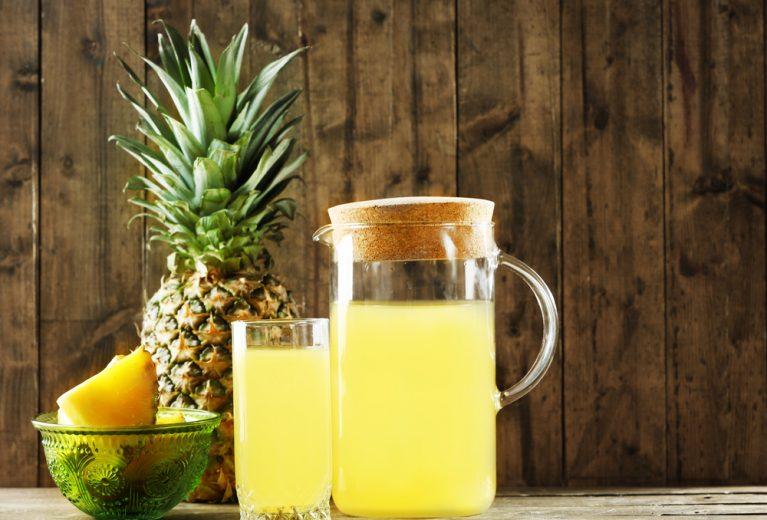 Dviejų ingredientų sulčių kokteilis plokštesniam pilvui