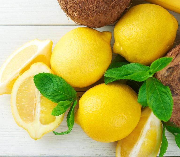 Jauninanti kaukė su kiaušinio baltymu, kokosų aliejumi ir citrinos sultimis